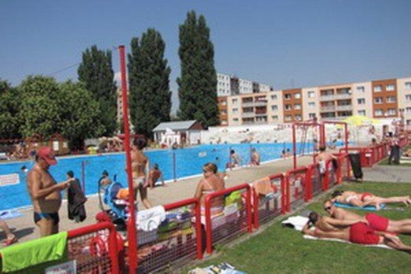 Správcovia kúpalísk sa spoliehajú na teplý august. Polovica sezóny nevyšla podľa ich predstáv.