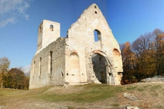 Zrúcaninu kostola v horách zachraňujú už dvadsať rokov.