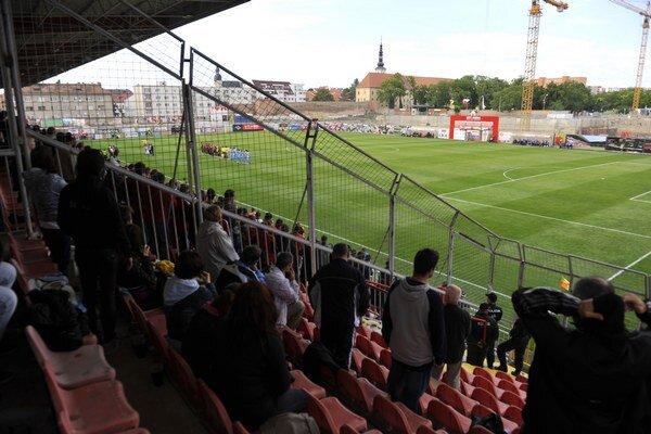 Pohľad na ihrisku v Trnave pred zápasom so Slovanom zo sektora hostí.