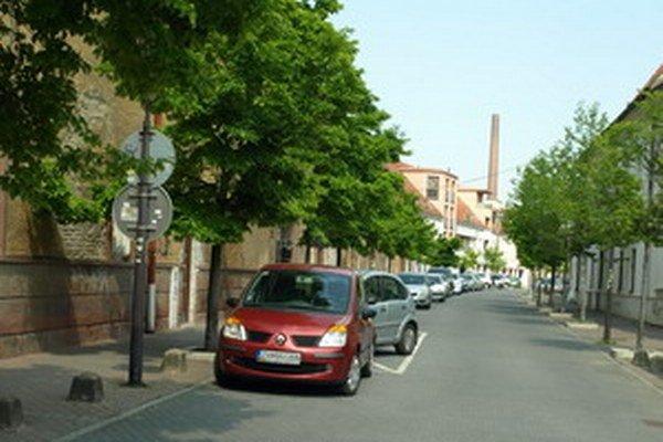 Cez týždeň je na Františkánskej ulici problém zaparkovať.