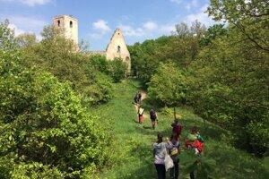 Zrúcaniny kláštora zachraňujú mladí dobrovoľníci.