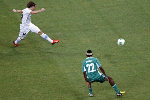 Diego Forlan takto strieľa gól Nigérii.