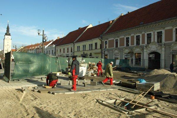 Práce na pešej zóne boli v sobotu dopoludnia v plnom prúde.