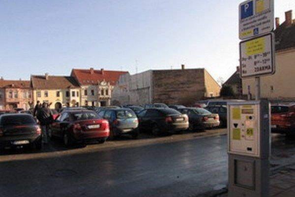 Hodinové parkovanie zregulovalo dopravu v centre a prináša mestu viac peňazí do rozpočtu.