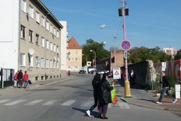 Pohľad na súčasný stav ulice. Po dokončení by sa mala zmeniť na pešiu zónu s lavičkami a zeleňou.