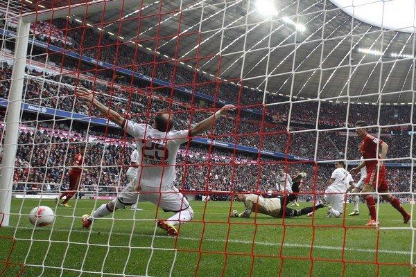 Švajčiar Xherdan Shaqiri z Bayernu, ktorého nevidno, strieľa gól Norimbergu.