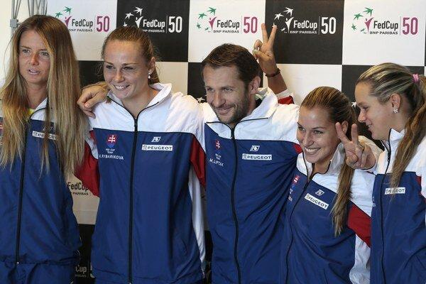 Daniela Hantuchová, Magdaléna Rybáriková, nehrajúci kapitán Matej Lipták, Dominika Cibulková a Jana Čepelová (zľava).