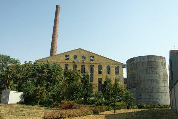 Trnavský cukrovar skončil s výrobou cukru v roku 2004. Rozoberajú melasník (vpravo).