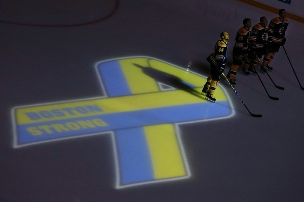 Hokejisti Bostonu počas ceremoniálu pred zápasom s Buffalom.