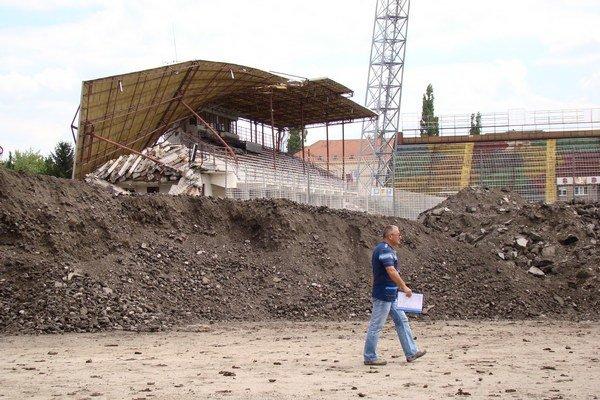 Štadión postupne rozoberajú.