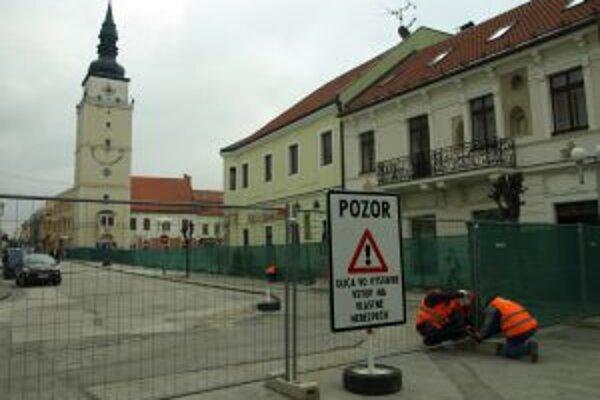 Stavebné stroje začali rozkopávať pešiu zónu