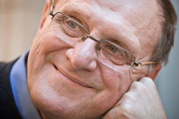 Narodil sa v roku 1953 v Bratislave. Vyštudoval FTVŠ Univerzity Komenského (odbor telesná výchova a angličtina).  Bol hokejovým brankárom viacerých klubov, neskôr sa stal trénerom a funkcionárom (viceprezident Slovenského zväzu ľadového hokeja). Ako t
