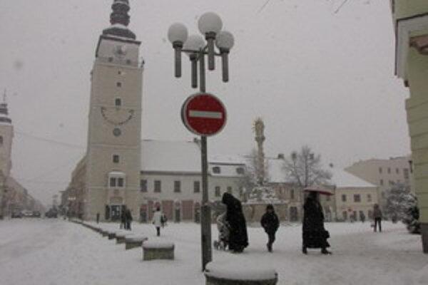 Zasnežené Trojičné námestie v Trnave.