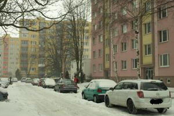 Na tomto parkovisku na Jiráskovej ukradli benzín a poškodili nádrže už trom majiteľom áut.