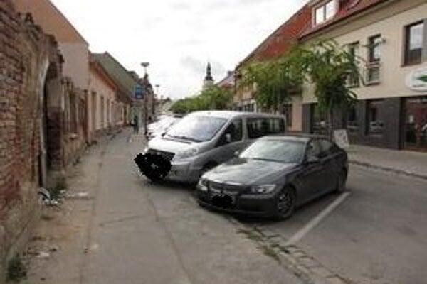 V niektorých častiach je Pekárska ulica úzka, vozidlá musia parkovať aj s kolesami na chodníku.