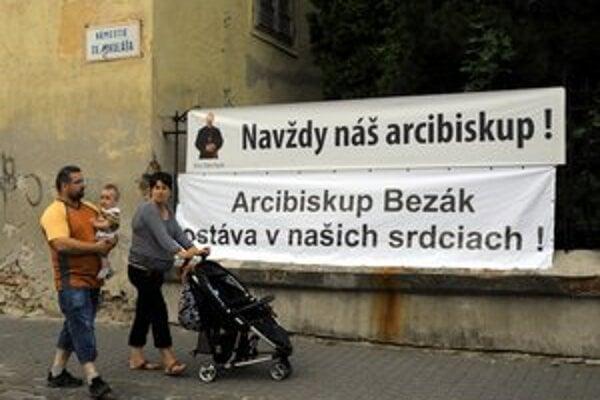 S arcibiskupom Bezákom sa veriaci v Trnave lúčili ťažko.