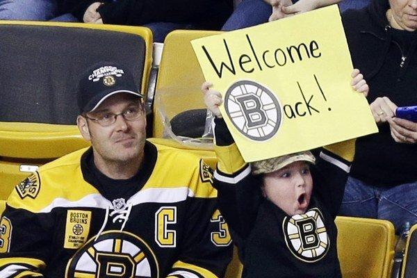 """Päťročný Jake Carr drží transparent s nápisom """"Vitajte späť"""" na zápase medzi domácim Bostonom a Providence."""