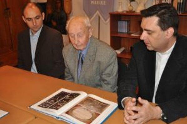 Krst knihy. Zľava Mário Dobšovič, Hadrián Radváni, Marcel Kubinec.
