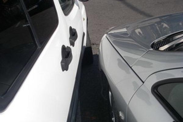 Žena nacúvala s autom do zaparkovaného vozidla a z miesta nehody odišla.