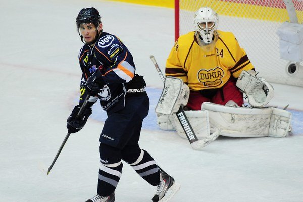 Brankár Miroslav Hála nosieval na svojom drese číslo 34, na maske nápis  Pirula.