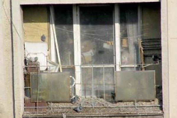 Problémového suseda, ktorý si zo svojho bytu a balkóna spravil sklad odpadu, už rieši súd.