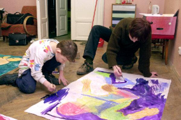 Maľbami vyzdobia detský domov.