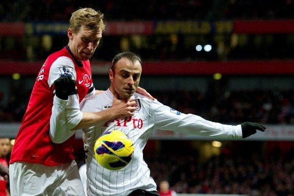 Per Mertesacker (vľavo) z Arsenalu v súboji s Dimitarom Berbatovom.