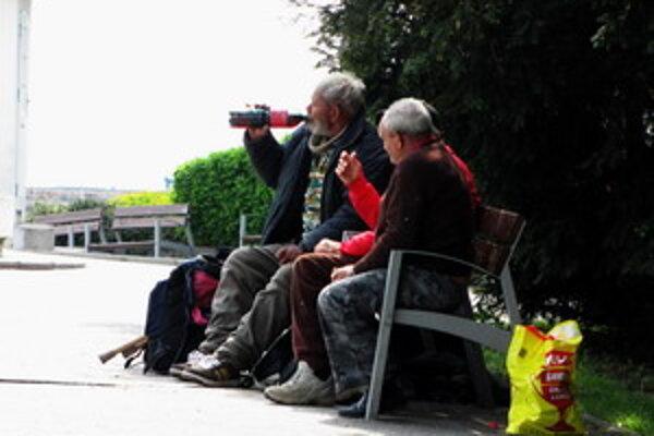 Bezdomovci z Piešťan popíjajú pri Kolonádovom moste.