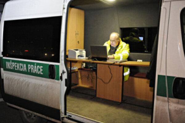 Inšpektori práce používajú v teréne špeciálne vozidlo.