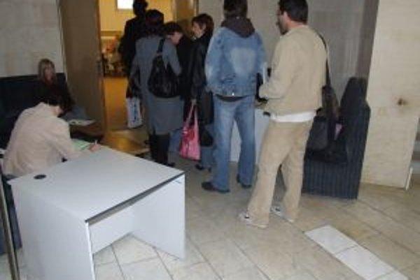 Okolo poludnia sa dlhé rady na Daňovom úrade v Trnave netvorili.