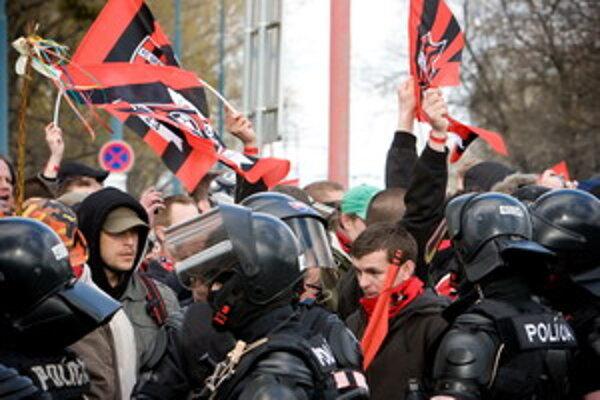 Derby medzi Trnavou a Slovanom nezvládli fanúšikovia domáceho Spartaka.