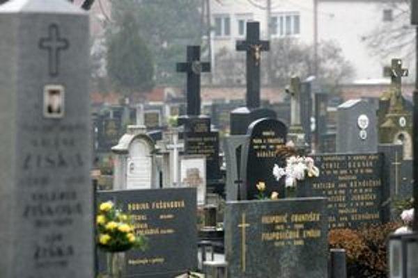 Ľudia vo svojich sťažnostiach kritizovali cintorínske služby aj výšku poplatkov za pohrebiská.