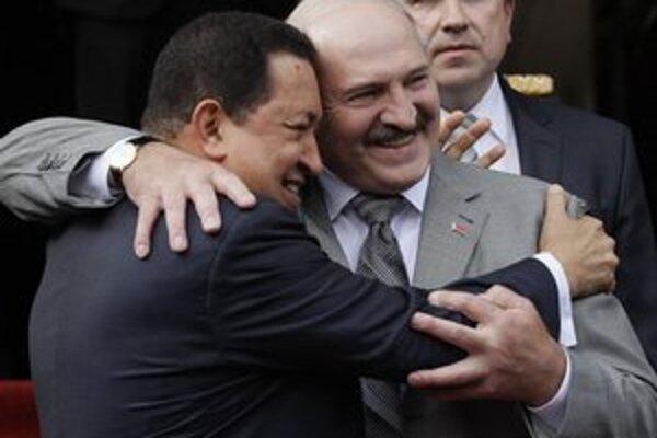 Lukašenko sa objíma s venezuelským prezidentom Chávezom.