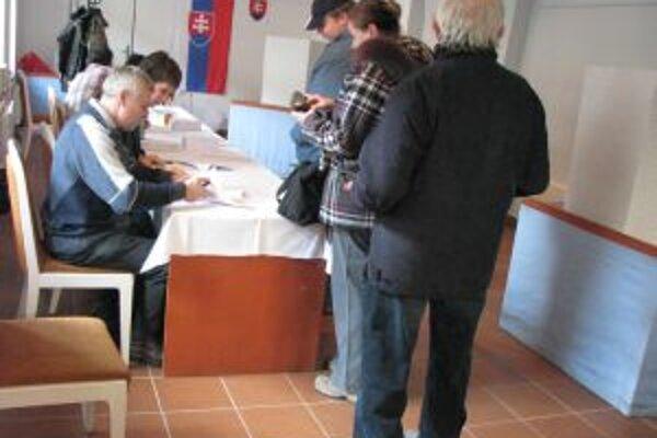 Vo volebnom okrsku č.1 stáli ľudia na voľby v rade.