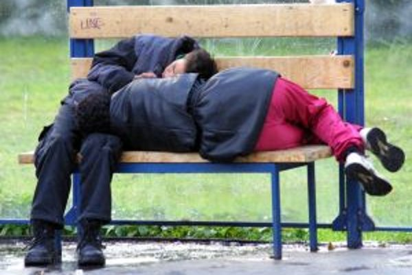 Bezdomovci dávajú aj v mraze prednosť nocľahu na lavičkách.