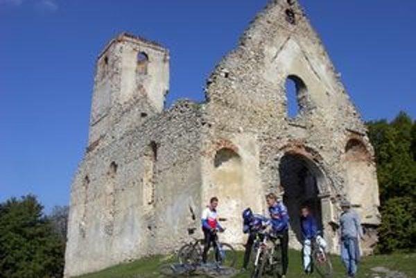 Zrúcanina barokového kostola pri Dechticiach.