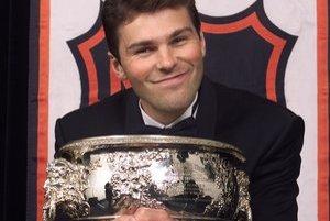 Jaromír Jágr v roku 2001 s Art Ross Trophy - cenou pre najlepšieho hráča v kanadskom bodovaní.