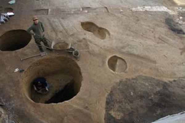 Vyše trojmetrové archeologické sondy na Kapitulskej.
