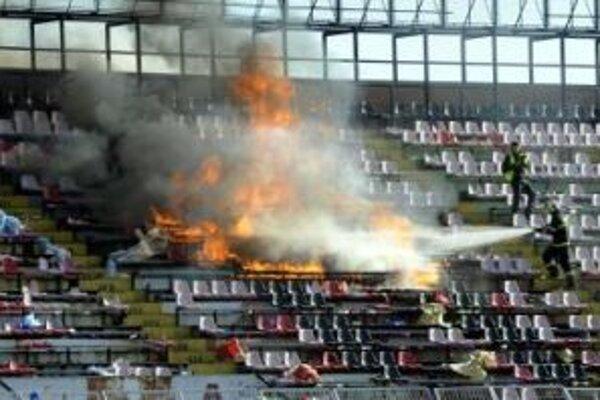 Slovan v Trnave vyhral a jeho fanúšikovia podpálili sedadlá vo svojom sektore.
