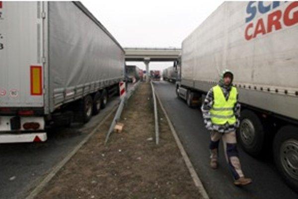 Kamionosti blokovali spoplatnený úsek, a tak platili aj počas protestu...