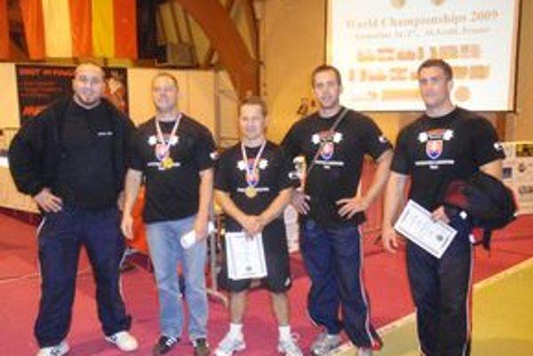 Slovenskí reprezentanti. Zľava: Trnavčan Svitok, Halai, Siska a Smutný z Trnavy a Hess.