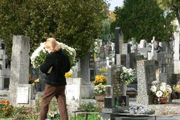 Na cintorínoch si treba dávať pozor aj na zlodejov.