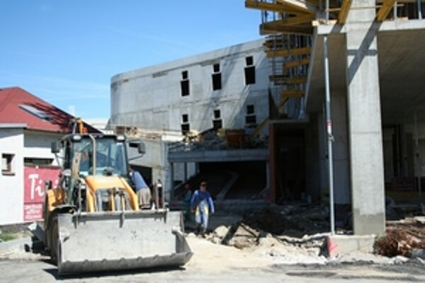 Výstavba auparku pokračuje.
