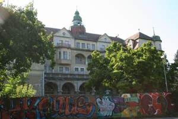 Hotel Slovan opravujú. Na jeho rekonštrukciu chcú získať peniaze z grantov.