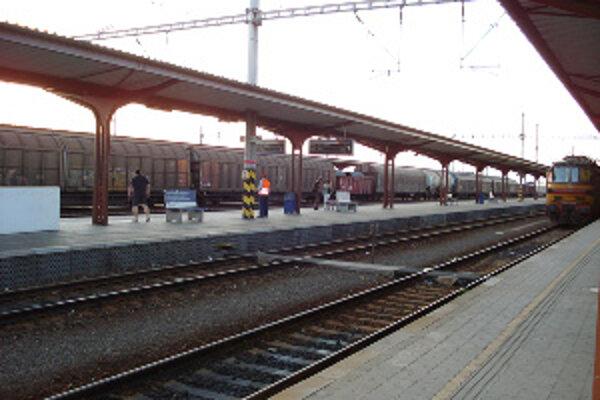 Muž chcel z vlaku vystúpiť skôr ako zastavil.