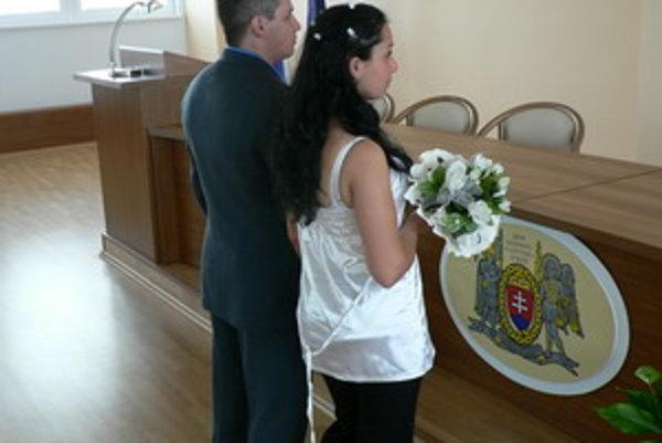 Svadba za mrežami prebieha pod prísnym dohľadom.