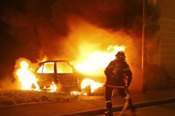 Neznámy páchateľ podpálil dnes ráno v obci Bučany auto.