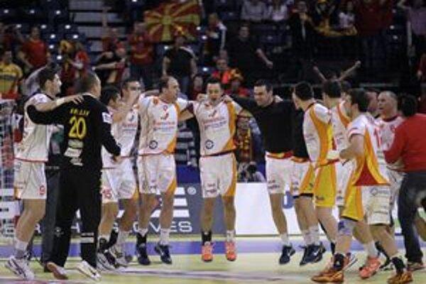 Hádzanári Macedónska oslavujú víťazstvo na Poliakmi.