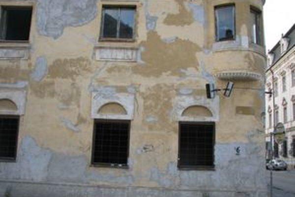 Táto ošarpaná budova sa nachádza priamo v historickom centre Trnavy.