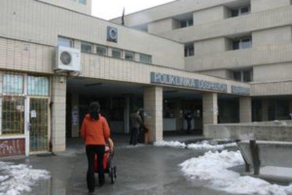 Zlodeji vykrádajú budovu polikliniky na sídlisku Družba v Trnave.